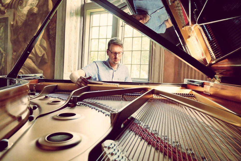Steven Reck am Klavierstimmen Steinway and Sons